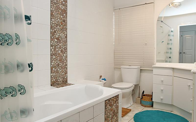 Amity Beach Bums - Bathroom