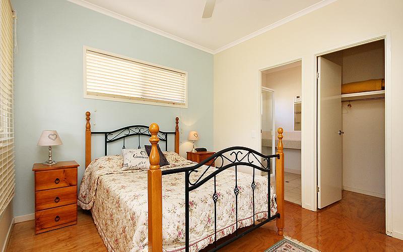 Alegana Holiday House - Main bedroom
