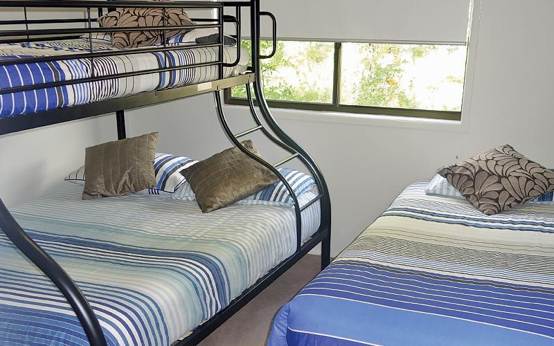 Amity Treetops Holiday House - Tri-bunk & single bedroom