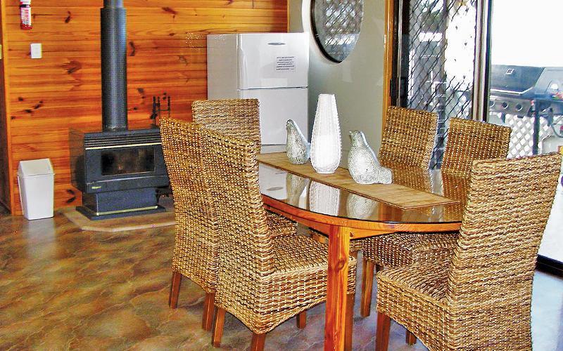 Amity Treetops Holiday House - Dining area